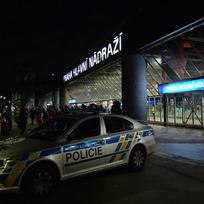 Anonym 22. listopadu večer nahlásil uložení bomby na Hlavním nádraží v Praze. Policie nádraží evakuovala, pyrotechnici kontrolovali celou budovu i vlaky. Metro stanicí jen projíždělo.