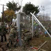 Vojáci makedonské armády staví plot na hranicích s Řeckem.