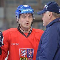 Ilustrační foto - Petr Koukal a trenér Vladimír Vůjtek (vpravo) 16. prosince v Praze při tréninku české hokejové reprezentace před turnajem Channel One Cup, druhým dílem seriálu Euro Hockey Tour .