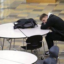 Student odpočívá u stolu ráno před začátkem vyučování. Ilustrační foto.