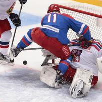 Ilustrační foto - Ruský hokejista Sergej Andronov se pokouší přestřelit Dominika Furcha.