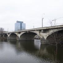 Ilustrační foto - Pražská Technická správa komunikací požádala magistrát o prodloužení stavebního povolení na rekonstrukci Libeňského mostu do konce roku 2017. Zatím totiž není znám vítěz soutěže, který opravu za zhruba dvě miliardy zajistí. Libeňský most (na snímku z 29. prosince) je v havarijním stavu a je na něm omezen provoz.