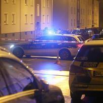Ilustrační foto - areálu ubytovny pro běžence ve městě Villingen-Schwenningen na jihu Německa v noci na dnešek někdo hodil odjištěný granát, ten ale neexplodoval. Na snímku policie na místě činu.