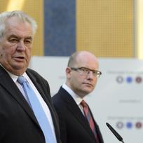 Ilustrační foto - Zleva prezident Miloš Zeman a premiér Bohuslav Sobotka.