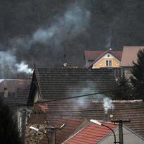 Kouřící komíny, ekologie, emise, vesnice, střechy - ilustrační foto