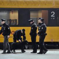 Ilustrační foto - Anonym nahlásil 1. února bombu ve vlacích RegioJetu a Leo Expressu. Policie spoje zastavuje ve stanicích a prohledává je. ČTK to řekla Markéta Janovská z Policejního prezidia. Policie zastavila vlaky, nařídila evakuaci cestujících, následovat budou pyrotechnické prohlídky vlaků. Problém se týká celé republiky. Na snímku jsou policisté u vlaku RegioJet na Hlavním nádraží v Praze.