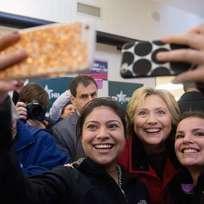 Demokratická kandidátka na prezidentský úřad Hillary Clintonová (uprostřed).