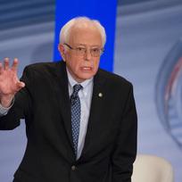 Demokratický kandidát Bernie Sanders během debaty v Derry přenášené stanicí CNN.