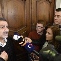 Íránec s českým občanstvím Shahram Abdullah Zadeh hovoří 4. února s novináři, poté co brněnský krajský soud rozhodl, že nepůjde znovu do vazby. Írán na něj vydal mezinárodní zatykač. V ČR je muž stíhaný za rozsáhlé daňové úniky, nedávno složil kauci 150 milionů korun, ale policie ho kvůli íránskému zatykači ihned po propuštění z vazby zatkla.