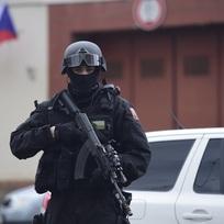 Těžce ozbrojený policista hlídkuje před areálem pražské pankrácké věznice - ilustrační foto