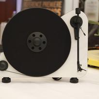 Sériovou výrobu vertikálního gramofonu, který přehrává desky postavený kolmo k podložce, chce letos zřejmě jako první na světě zahájit společnost SEV Litovel.