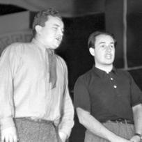 """Osvobozené divadlo v Praze uvedlo hru \"""" Osel a stín \"""" - na snímku - Jan Werich (vlevo) a Jiří Voskovec"""