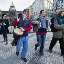 Asi 50 lidí prošlo 5. února odpoledne centrem Prahy na podporu pouličních umělců. Jejich činnost od března omezí novela vyhlášky.