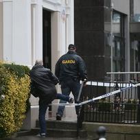 Dosud neznámý ozbrojenec v Dublinu střílel na fanoušky boxu, přičemž zabil jednoho muže a další dva zranil.