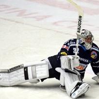Brankář vítkovických hokejistů Patrik Bartošák