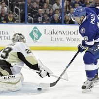 Hokejista Tampy Bay Lightning Ondřej Palát (vpravo) překonává v oslebaní brankáře Pittsburghu Penguins Marca-Andre Fleuryho.