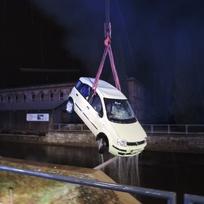 V Železném Brodě na Jablonecku sjelo 5. února večer auto do Jizery, řidiče dostal z vody až jeřáb.