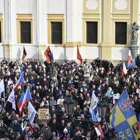 Hnutí Za naši kulturu a bezpečnou zem a Národní demokracie uspořádaly 6. února v Praze protestní pochod proti protinárodní politice vlády, ilegální imigraci a omezování demokratických svobod, jehož trasa byla naplánována z Vítězného na Loretánské náměstí (na snímku).
