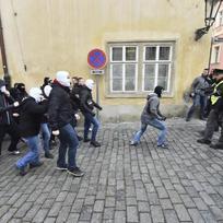 Příznivci (vpravo) a odpůrci (vlevo) uprchlíků se 6. února odpoledne střetli v Thunovské ulici v Praze na Malé Straně. Házeli po sobě lahve, ozývali se dělbuchy. Podle zpravodajky ČTK trval incident pět až deset minut, policie se obě skupiny snažila oddělit.
