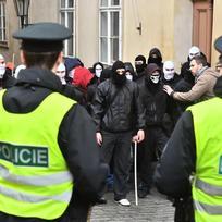 Příznivci a odpůrci (v pozadí) uprchlíků se 6. února odpoledne střetli v Thunovské ulici v Praze na Malé Straně. Házeli po sobě lahve, ozývali se dělbuchy. Podle zpravodajky ČTK trval incident pět až deset minut, policie se obě skupiny snažila oddělit.