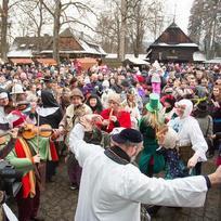 Masopustní masky z Valašska a ze Slovenska zaplnily 6. února areál Valašského muzea v přírodě v Rožnově pod Radhoštěm, kde se konala oslava masopustu. Na snímku vystoupení folklorního souboru Soláň.