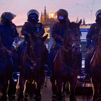 Jízdní policie na Mánesově mostě v Praze, kde se 6. února uskutečnilo několik demonstrací příznivců a odpůrců uprchlíků.