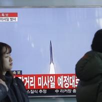 Ilustrační foto - Lidé v jihokorejském Soulu sledují na obrazovce start severokorejské rakety dlouhého doletu.