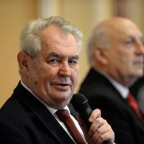 Prezident Miloš Zeman zahájil 8. února na krajském úřadu v Plzni návštěvu Plzeňského kraje. Vpravo je hejtman Václav Šlajs.