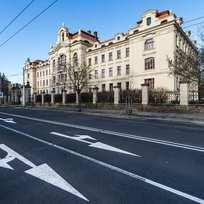 Budova bývalého ústavu hluchoněmých v Hradci Králové slouží od 8. února Obchodní akademii a Střední odborné škole. Opravy několik let nevyužívané budovy, která se vrátila ke svému původnímu názvu Rudolfinum, stály téměř sto milionů korun.