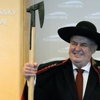 Prezident Miloš Zeman zahájil 8. února na krajském úřadu v Plzni návštěvu Plzeňského kraje. Na sobě má chodský kroj, který dostal darem.