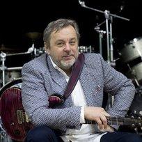 Hudební skladatel, kytarista, zpěvák a textař Michal Pavlíček (na snímku z 8. února) oslaví své šedesáté narozeniny, které připadají na 14. února, sérií vystoupení s kapelou Stromboli. Turné začíná 9. února v Kongresovém centru ve Zlíně a skončí 9. března v Bratislavě.