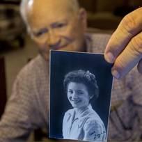 Naposledy se viděli před více než 70 lety, kdy se britská dívka zamilovala do amerického vojáka. Nyní se třiadevadesátiletý válečný veterán Norwood Thomas chystá vyrazit přes polovinu světa, aby znovu spatřil svou dávnou lásku. Na cestu z USA do Austrálie mu na internetu přispěly stovky lidí