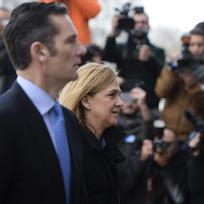 Španělská princezna Cristina s manželem přichází k soudu ve městě Palma de Mallorca.