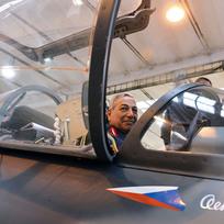 Zástupce velitele iráckých vzdušných sil Faris Hassan Al Zireg Falah si prohlédl 9. února ve společnosti Aero Vodochody halu montáží letadel L-159, jež kupuje od Aera irácká armáda. Zároveň zde oficiálně skončil výcvik první skupiny iráckých pilotů na těchto letounech.