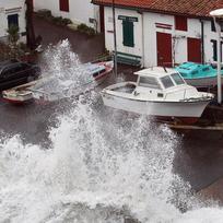 Vysoké vlny se tříští o přístav ve městě Biarritz během vichřice, která zasáhla Francii.
