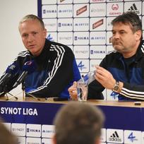 Zleva hlavní trenér prvoligového fotbalového klubu SK Sigma Olomouc Václav Jílek a sportovní manažer klubu Ladislav Minář vystoupili 9. února v Olomouci na tiskové konferenci před zahájením jarní části ligové sezony, která se uskutečnila za přítomnosti fanoušků.