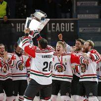 Hokejisté švédské Frölundy ovládli druhý ročník obnovené Ligy mistrů, ve finále ve finském Oulu porazili domácí Kärpät. Na snímku kapitán Joel Lundqvist s trofejí pro vítěze.
