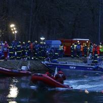 Záchranáři se chystají do akce na místě srážky dvou vlaků v Bavorsku.