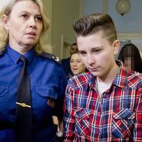 Městský soud v Praze začal 10. února projednávat vraždu seniora v Letňanech, kterou podle obžaloby spáchaly tři dívky ve věku 16 až 18 let. Na snímku v popředí je nejstarší z obžalovaných, Andrea Hrubá.