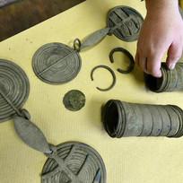 Nedaleko Mezirolí u Staré Role na Karlovarsku byl nalezen unikátní bronzový poklad. Na snímku z 10. února jsou předměty staré zhruba 3000 let. Nálezce poklad objevil, když hledal kameny na svojí zahrádku. Bude mu náležet deset procent z ceny pokladu, jehož hodnotu musí nyní nejprve vyčíslit odborníci.