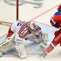 Hokejové utkání seriálu Euro Hockey Tour: ČR - Rusko, 11. února v Třinci. Sergej Šumakov z Ruska vyrovnává na 1:1 z trestného střílení, vlevo je brankář ČR Dominik Furch.