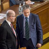 Zleva premiér Bohuslav Sobotka a ministr obrany Martin Stropnický 12. února v Praze na mimořádné schůzi Poslanecké sněmovny, která byla svolána z podnětu opozice k údajnému úniku informací z Bezpečnostní rady státu.