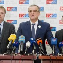 Předseda TOP 09 Miroslav Kalousek (uprostřed), první místopředseda strany Marek Ženíšek (vpravo) a poslanec Martin Plíšek vystoupili 12. února v Poslanecké sněmovně v Praze na tiskové konferenci k bezpečnostním otázkám a mimořádné schůzi Sněmovny.