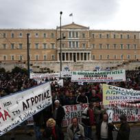 Protest zemědělců proti plánované penzijní reformě před parlamentem v Aténách.