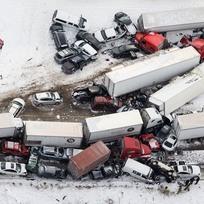 Na dálnici v Pensylvánii způsobila sněhová bouře hromadnou nehodu.