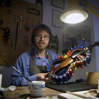 V tradici světoznámého houslařského rodu Špidlenů s mnohaletou tradicí pokračuje v současné době Jan Baptista Špidlen (na snímku z 12. února). Výrobce prvotřídních smyčcových nástrojů pro přední houslisty včetně známých modrých houslí pro Pavla Šporcla získal řadu cen na mezinárodních houslařských soutěžích. K řemeslu již vychovává i své dvě děti.