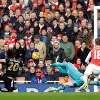 Fotbalista týmu Leicester City Šindži Okazaki (vlevo) se marně snaží překonat gólmana Petra Čecha v brance Arsenalu. Vpravo přihlíží Nacho Monreal.