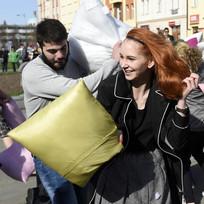 """V rámci mezinárodní akce \""""International Pillow Fight Day\"""" se 2. dubna v Hradci Králové konala hromadná polštářová bitva, která se souběžně koná ve více jak stovce světových měst. Letos se poprvé oficiálně připojilo i město z ČR."""