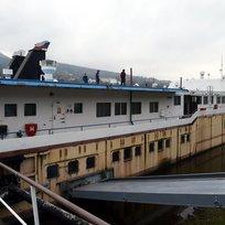 Unikátní školní loď (na snímku z 31. března je celkový pohled 2016) čeká rozsáhlá rekonstrukce. Napotřetí se podařilo vybrat firmu, která práce příští týden zahájí. Obří plavidlo s dílnami, kotvící v děčínském přístavu Rozbělesy, denně využívají při praktickém vyučování budoucí lodníci i strojaři. Celkem 85 metrů dlouhou, 12 metrů širokou a stejně tak i vysokou loď využívá Střední škola lodní dopravy a technických řemesel.