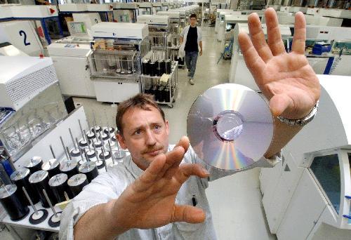 Zaměstnanec kontroluje vyrobené DVD - ilustrační foto.